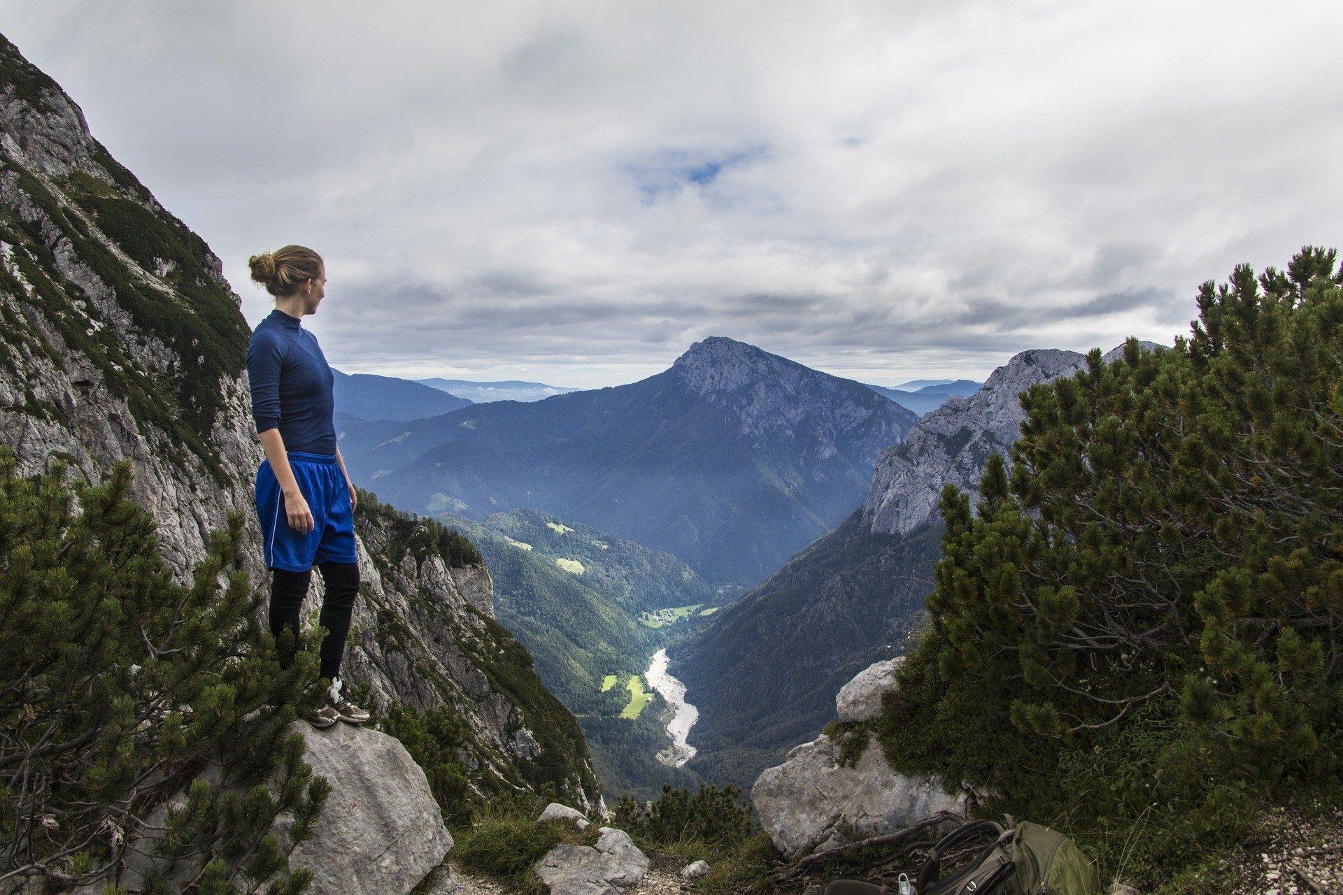 Ragazza ammira paesaggio durante un'escursione di trekking