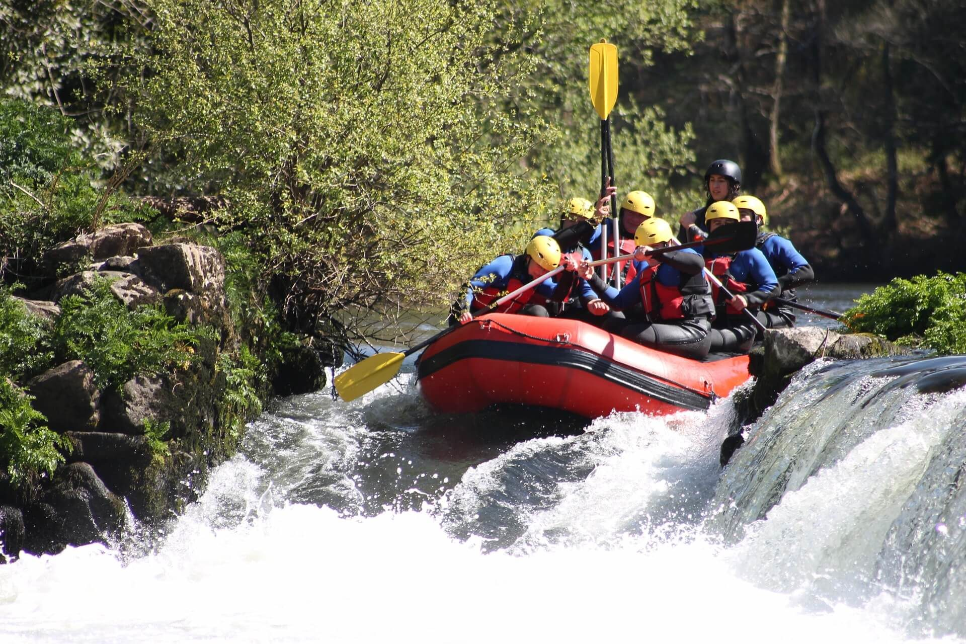 Rafting su torrente a bordo di un gommone