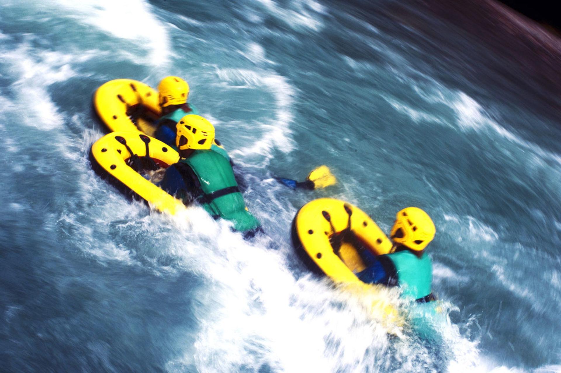 gruppo di ragazzi con hydrospeed nel fiume