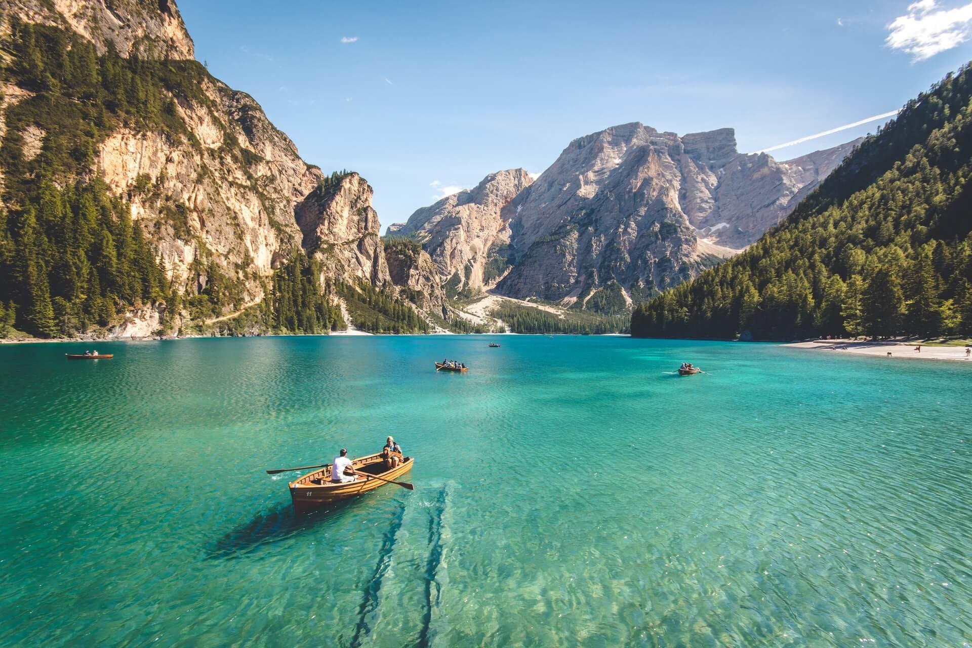 Barche a remi in un lago cristallino immerso nelle montagne